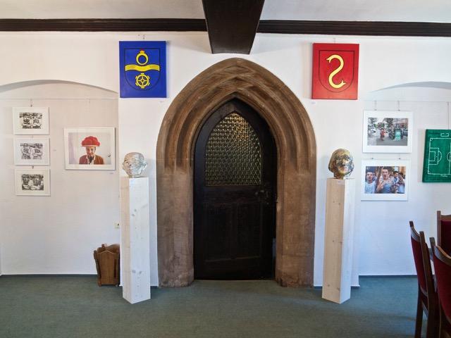 11 Mühlacker und Lienzinger Wappen von Inge Luise Vollmer über dem Eingang, Plastiken von Sigrid Baumgärtner