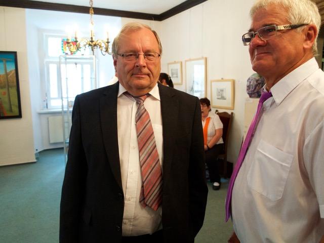 4 Gespannte Erwartung beim Ersten Beigeordneten Klaus Hübschmann (mit Chorsänger)