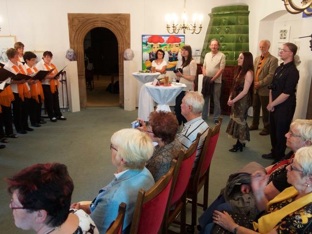 6 Unter den stehenden Zuhörern die Organisatorinnen Maja Itner und Anastassia Biederstaedt sowie der Künstler Klaus Fiess und Schmöllns Zweiter Beigeordneter Dr. Volker Siegmund