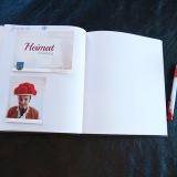 29 Das neue Gästebuch der Künstlergruppe. Die noch leere Seite ist für den abwesenden Bürgermeister von Schmölln reserviert