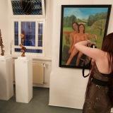 30 Anastassia Biederstaedt dreht einen kleinen Film. Sie organisierte die Schmöllner Ausstellung von Mühlacker Seite