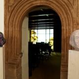 15 Eingang zum Standesamt, davor Plastiken von Sigrid Baumgärtner